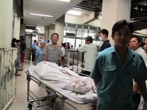 Thi thể nạn nhân được chuyển sang nhà xác chờ người nhà đến nhận