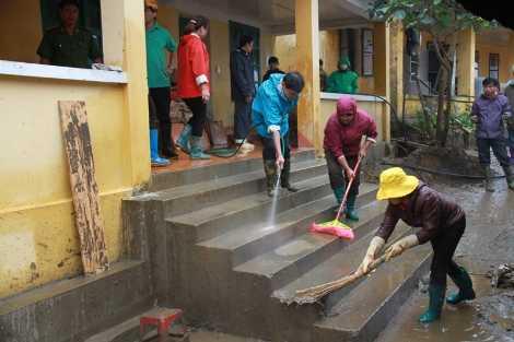 Sáng 7/9, tranh thủ ngày nghỉ, nhiều giáo viên ở các trường gần Bản Khoang về giúp đỡ dọn dẹp trường lớp. Có những người đi xe máy gần 30 km đến hỗ trợ.