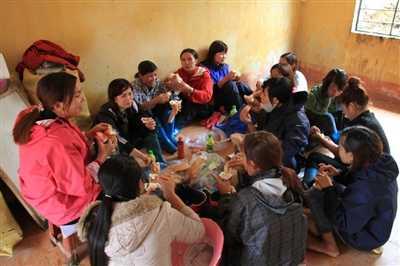Các cô giáo xã Sa Pả đến hỗ trợ Bản Khoang đang ngồi ăn trưa trong một phòng học vừa mới được dọn dẹp. Bữa ăn chỉ là bánh mỳ không.