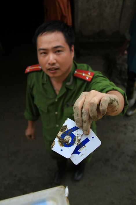Một chiến sĩ công an huyện Sa Pa tìm thấy những con số trong bảng tính của các em học sinh.
