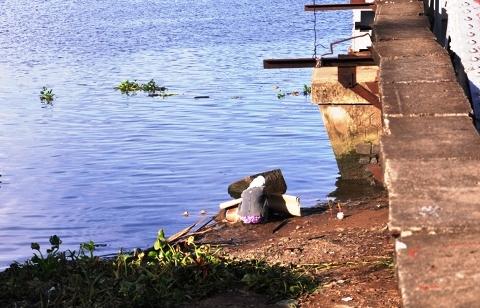 Thi thể ông Thắng đã được người dân phát hiện và trục vớt lên bờ sau hơn 1 ngày mất tích (Ảnh: Phạm Nguyễn)