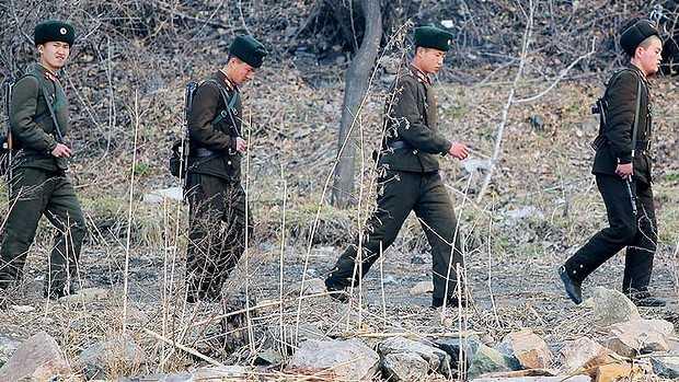 Binh sĩ Triều Tiên tuần tra bên bờ sông Áp Lục, biên giới Trung Quốc