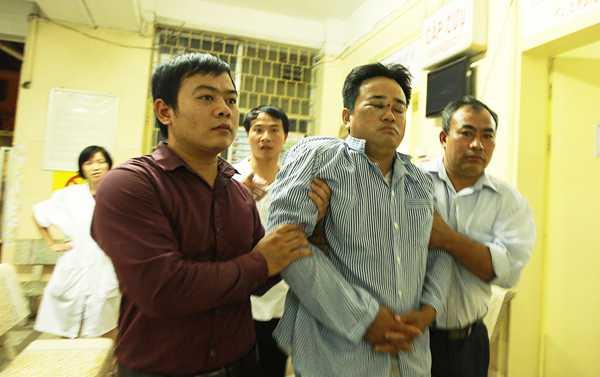 Anh Nguyễn Thanh Dương (giữa), một trong số những người bị bắn đang được điều trị tại Bệnh viện Mắt Trung ương. (Ảnh: Tuổi trẻ)