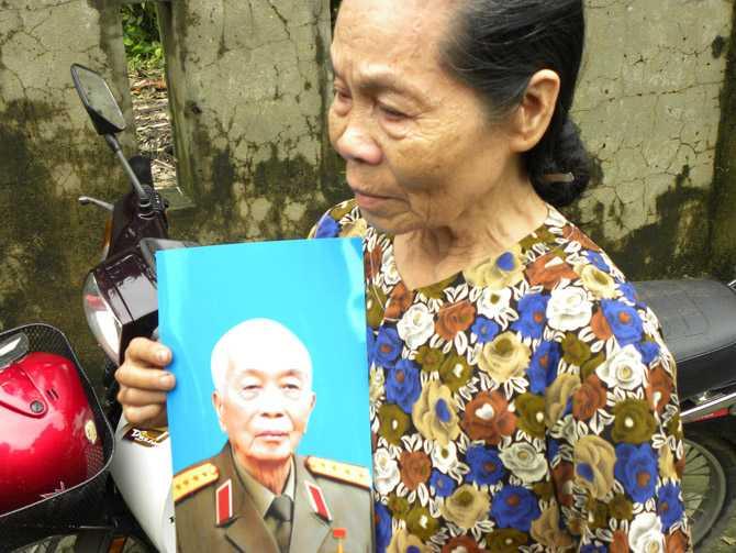 Tại quê nhà, bà Võ Thị Lài, cháu gọi Đại tướng Võ Nguyên Giáp bằng bác ôm ảnh Đại tướng ngấn lệ. Ảnh: Dân Việt