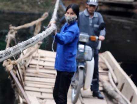 Người phụ nữ 'đu dây đẩy thuyền'