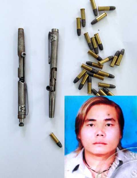 Đối tượng Quốc Anh và súng đạn dạng bút tự chế. Ảnh: CA cung cấp