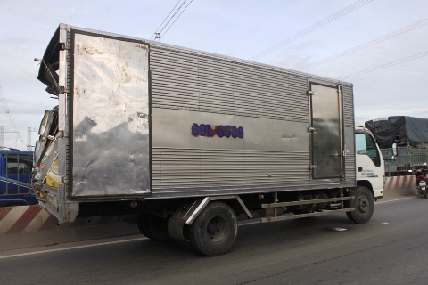 Chiếc xe tải đang dừng chờ bên đường sửa chữa thì gặp hoạ