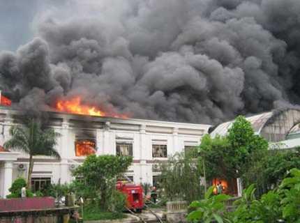 Ngọn lửa bùng phát dữ dội tại công ty may Hà Phong (Ảnh: Chinhphu,vn)