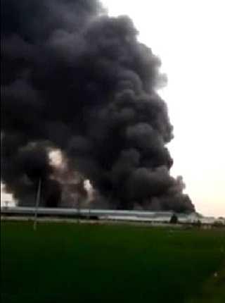 Cột khói bốc cao hàng chục mét