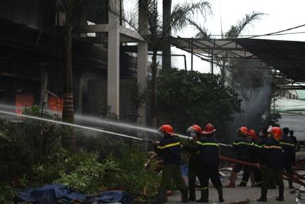 Lực lượng cứu hỏa khẩn trương chữa cháy