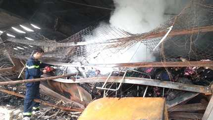 Lực lượng PCCC vẫn đang dập lửa tại những điểm lửa cháy âm ỉ và bốc khói