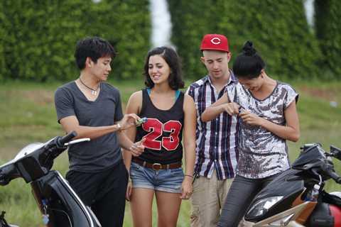 Đối thủ của cặp Trang Trần là cặp Phùng Ngọc Huy - Carrie(trái)