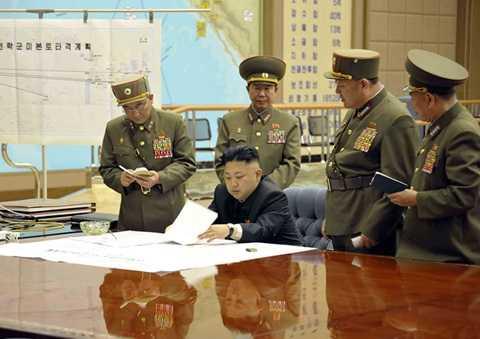 Nhà lãnh đạo Kim Jong-un họp bàn với các tướng lĩnh quân đội - Ảnh: Dailymail