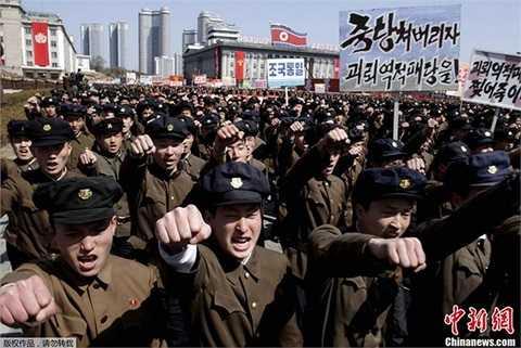 Hàng nghìn quân nhân Triều Tiên tụ tập ở quảng trường Kim Nhật Thành hô to khẩu hiệu ủng hộ nhà lãnh đạo Kim Jong-un