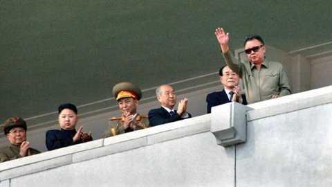 Cố lãnh đạo Kim Jong-il (phải) vẫy chào đám đông hồi tháng 9/2011