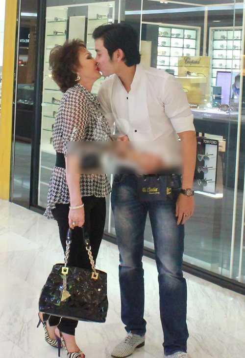 Được tặng nhẫn kim cương ngàn đô trong ngày 8/3, quá hạnh phúc, Vũ Hoàng Việt đã hôn bồ già tỷ phú ngay tại trung tâm mua sắm.