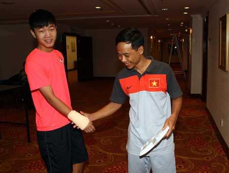Lương Xuân Trường và bác sĩ của ĐT U19 Việt Nam Hoàng Nghĩa Dương