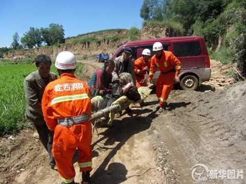 Nhân viên cứu hộ giúp người già ra khỏi vùng nguy hiểm
