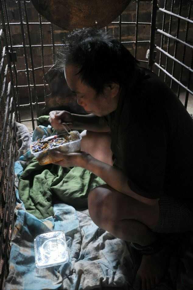 Wu Yuanhong ăn cơm bên trong chiếc cũi sắt của mẹ mình đóng