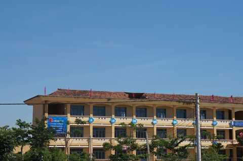 Ngôi trường kiên cố sau 5 năm đưa vào sử dụng bị sập mái, nứt tường đe dọa tính mạng của hơn 1.000 học sinh và thầy cô giáo.