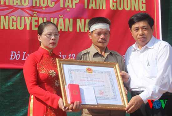 Ông Nguyễn Xuân Đường – Phó Chủ tịch UBND tỉnh Nghệ An trao tặng Huân chương dũng cảm cho ông Nguyễn Văn Điều, bố em Nam