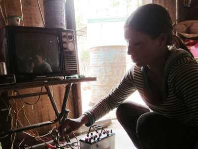 Bình ắc quy là thiết bị thắp sáng hạng sang ở Nà Ven, xã Ea Wer, huyện Buôn Đôn, tỉnh Đắk Lắk.