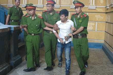 Nguyễn Trí Danh vùng vẫy, la hét trong sự khống chế của lực lượng áp giải ra xe. Ảnh: HNM