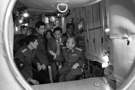 Đại tướng Võ Nguyên Giáp thăm các phi công Việt Nam đang được huấn luyện tại trung tâm vũ trụ Gagarin (Liên Xô, năm 1980). Ảnh: Tiến Dũng