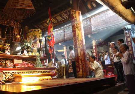 Du khách thập phương tới dâng hương tưởng niệm Hưng Đạo Vương Trần Quốc Tuấn tại đền Thiên Trường, Nam Định. Ảnh: Anh Tuấn