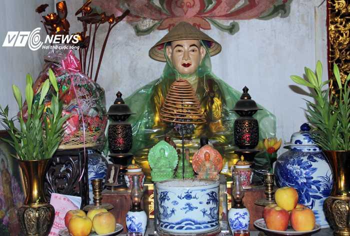 Trụ trì Thích Tâm Kiên mô phỏng cảnh tượng Phật đội nón, mặc áo mưa những hôm mưa lớn.
