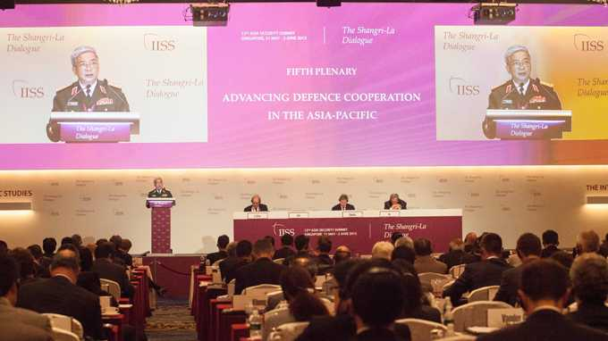 Thượng tướng Nguyễn Chí Vịnh phát biểu tại Đối thoại Shangri-La 12 ngày 2-6  - Ảnh: THANH TUẤN/Tuổi trẻ