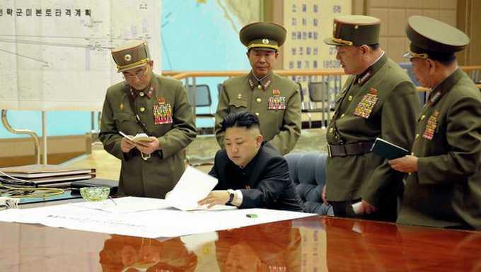 Ông Kim Jong Un cùng các tướng lĩnh nghiên cứu tình hình Mỹ đưa máy bay B-2 sang tham gia tập trận - Ảnh: KCNA