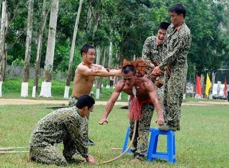 Với lính đặc công, những màn luyện tập thế này là chuyện bình thường