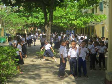 Học trò trường tiểu học Nguyễn Trung Trực (Tuy Hòa, Phú Yên)