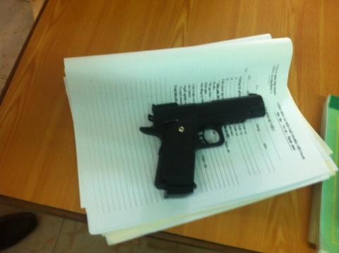 Khẩu súng ngắn mà Dốp dùng để đe dọa người tài xế taxi và Trung tá Công an (Ảnh: N.D)