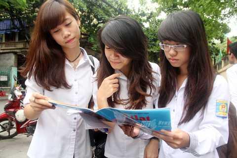 Các học sinh trường THPT Lý Thái Tổ thảo luận sau giờ thi môn Địa lý (Ảnh: Phạm Thịnh)