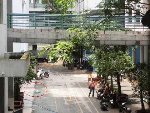Hiện trường nơi xảy ra vụ việc (vị trí khoanh trònmàu đỏnơi tiếpđất của nạn nhân)