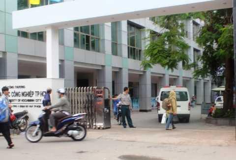Xe cứu thương được điều động đến hiện trường chuyển thi thể nạn nhân đi nơi khác