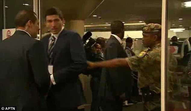 Vệ sỹ của Putin bị nhân viên an ninh Nam Phi đẩy khỏi phòng hội nghị