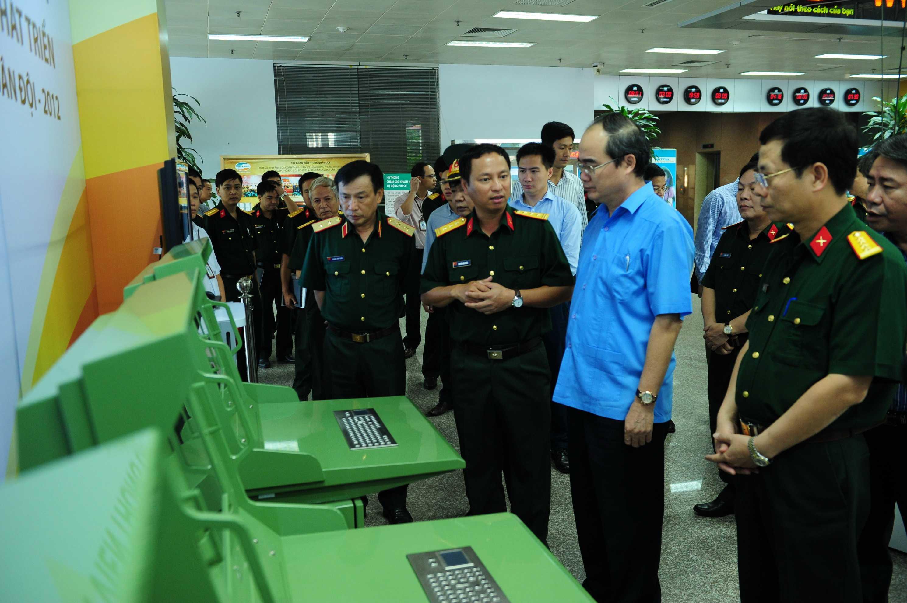 Ông Nguyễn Đình Chiến – Viện trưởng Viện nghiên cứu phát triển Viettel đang thuyết trình về  hệ thống quản lý vùng trời mới do Viettel thiết kết và sản xuất.