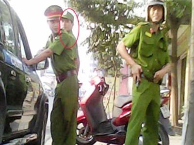 Trần Hữu Nam (người đứng ở đầu xe) trong màu áo của lực lượng cảnh sát 113
