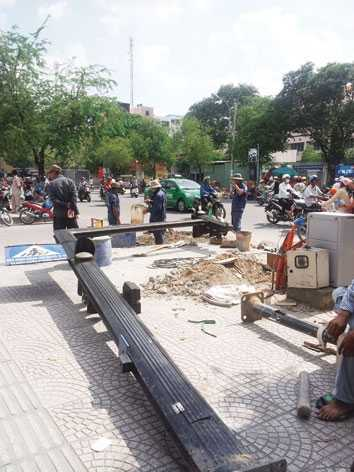 Tốn cả nghìn tỷ đồng đầu tư xây dựng..., nhưng người dân vẫn bất an với nhiều công trình công cộng. Ảnh: Quang Minh.