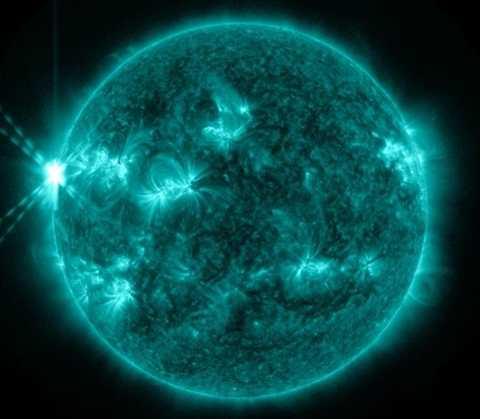Bão Mặt trời nổ ra với ngọn lửa năng lượng Mặt trời X1.7