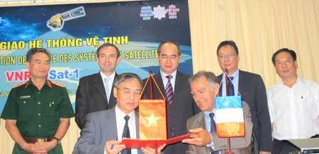 Phó Thủ tướng Nguyễn Thiện Nhân chứng kiến lễ ký kết bàn giao hệ thống vệ tinh VNREDSAT-1.