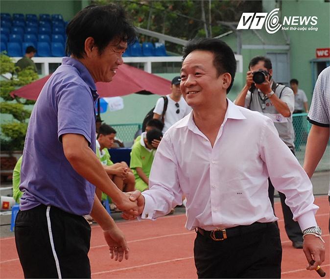 Bầu Hiển động viên thày trò HLV Phan Thanh Hùng trước trận đấu. (Ảnh: VSI)