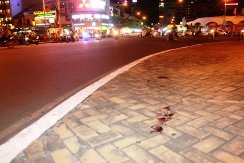 Vết máu còn vương trên mặt vỉa hè vòng xoay Quách Thị Trang
