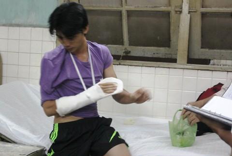 Anh Thép vừa tới vòng xoay Quách Thị Trang đã bị hai thanh niên áp sát vào lề và dùng dao uy hiếp để cướp tiền.