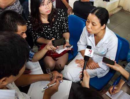 Chị Phan Thị Oanh người đặt máy quay ghi lại những sai phạm tại khoa xét nghiệm, bệnh viện Hoài Đức.