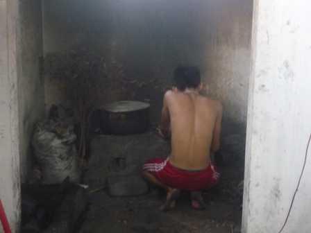 Cảnh học viên Lô Hội hì hục vào  bếp chuẩn bị  bữa ăn cho khoảng 15 người