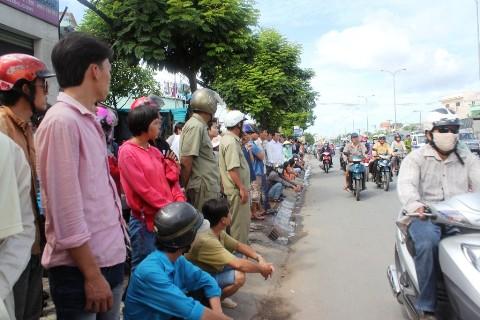 Người dân hiếu kỳ đứng xem vụ tai nạn